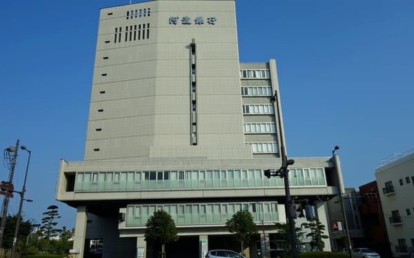 野村証券と証券業務統合に関する最終契約を締結した阿波銀行(徳島市内の本店)