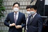 サムスントップの李在鎔副会長(左)は自身への承継を巡って不正関与を疑われていた(8日、ソウル中央地裁)=ロイター