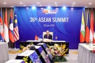 オンライン形式でASEAN首脳会議の議長を務めたベトナムのフック首相(ハノイ市、26日)=ロイター