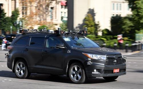 市街地を走行する米ズークスの自動運転車(2019年12月、米ラスベガス)=目良友樹撮影