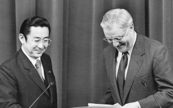 橋本龍太郎元首相(左)とモンデール元駐日米大使が米軍普天間基地の返還に合意してから24年が経つ