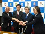 3人の副会長とともに新たな執行部を立ち上げた中川会長(右から2人目、27日)