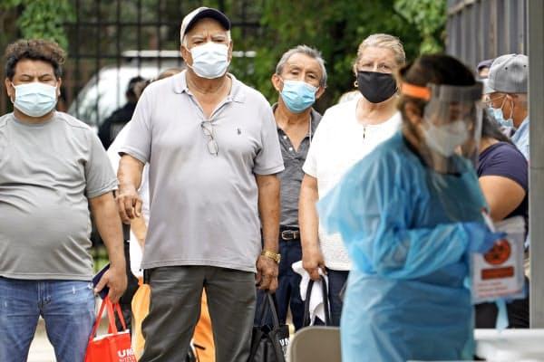 28日、米テキサス州でウイルス検査に並ぶ人たち=AP