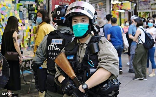 香港の繁華街では警官がデモの取り締まりにあたる=ロイター