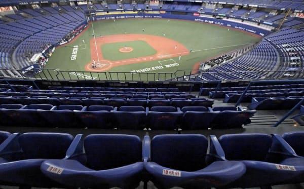 プロ野球は約3カ月遅れ、無観客で開幕した(オリックスと楽天の開幕戦が行われた京セラドーム大阪)=共同
