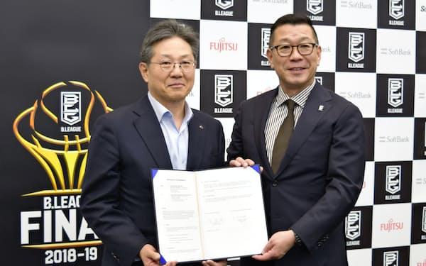 日韓両リーグのアジア枠などの覚書に調印し、笑顔を見せるBリーグの大河正明チェアマン(右)とKBLの李廷大コミッショナー(2019年5月)