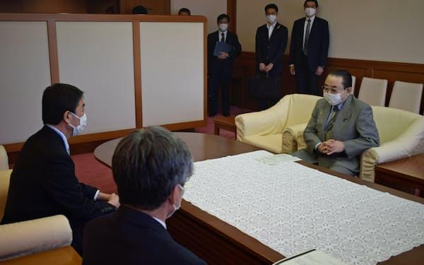 会談する宮城県の村井嘉浩知事(左)と田中和徳復興相(右)(29日、宮城県庁)