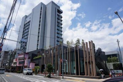 三島駅南口すぐの場所に完成した「東急三島駅前ビル」。ホテル(左)と商業施設が入る(29日、静岡県三島市)