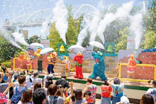 従来は水や雪などを集まった入場者に浴びせていた(大阪市)