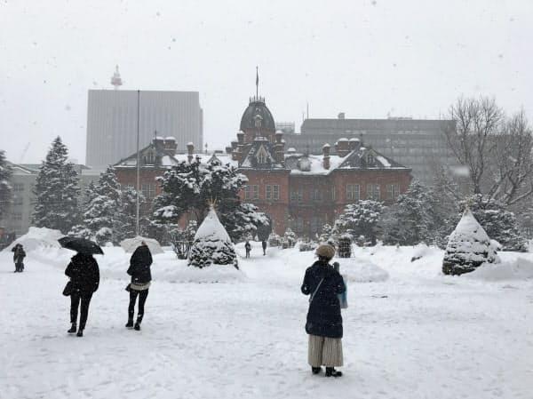 札幌市内の観光客数は2月以降、大幅に落ち込んだ(2月、市内の赤れんが庁舎)