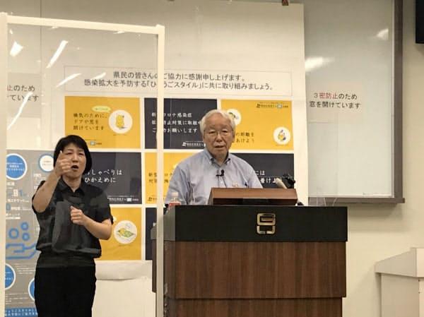 記者会見する兵庫県の井戸知事(29日、神戸市)