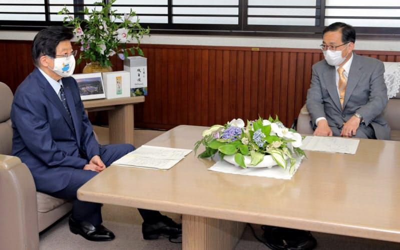 静岡県の川勝知事(左)とJR東海の金子社長は初の会談に臨んだが…(26日、静岡県庁)