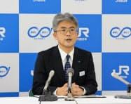 記者会見するJR西日本岡山支社の平島新支社長(29日、岡山市)
