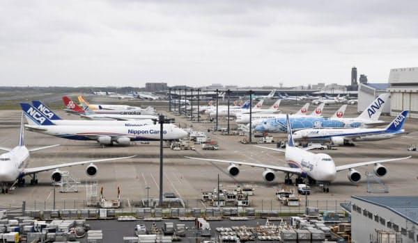 運休中の旅客機などが並ぶ成田空港(5月21日)=共同