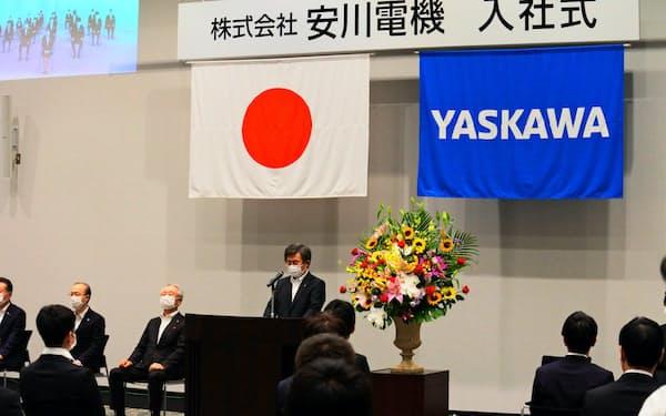 安川電機は北九州市と埼玉県入間市の2カ所に分けて入社式を開いた(22日、北九州市)