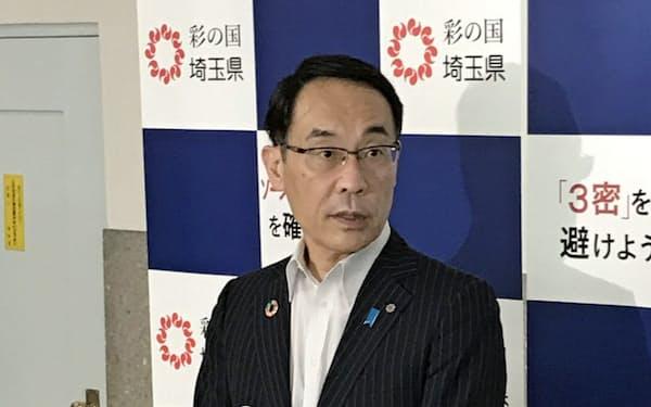 報道陣の質問に答える埼玉県の大野元裕知事(29日、埼玉県庁)