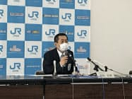定例記者会見するJR四国の西牧社長(高松市)