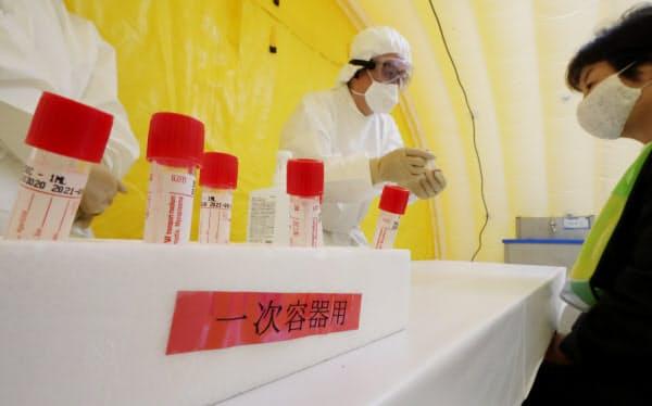 PCR検査能力は1日3万件近くに増えた(都内でのデモンストレーション)