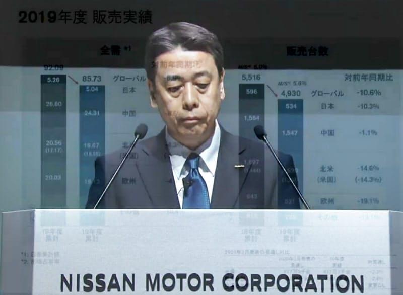 ライブ中継された株主総会で発言する日産自動車の内田誠社長(29日)