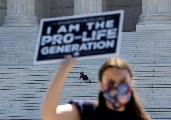 中絶問題は米世論を二分している(29日、ワシントンの米最高裁前)=ロイター