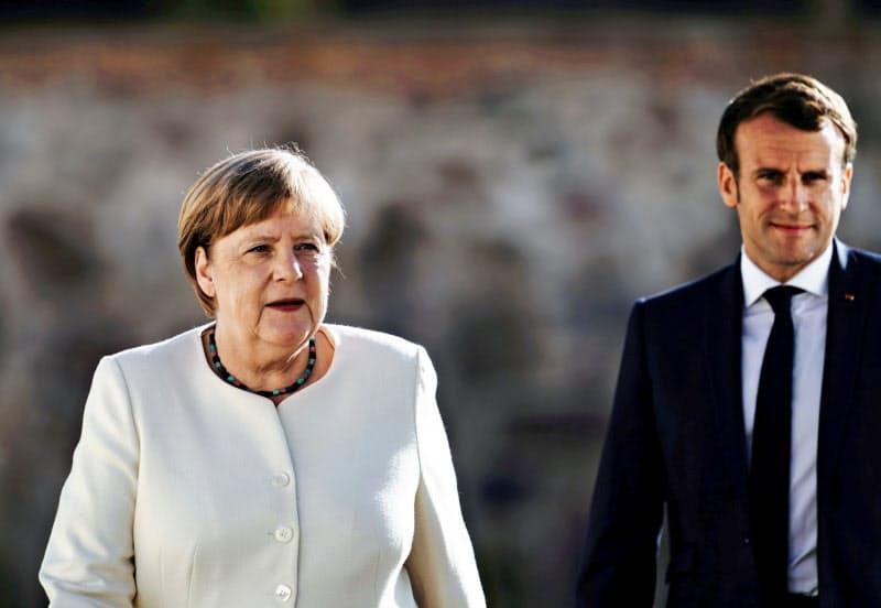 対面での首脳会談に臨んだメルケル独首相(左)とマクロン仏大統領(29日、独ベルリン近郊)=ロイター