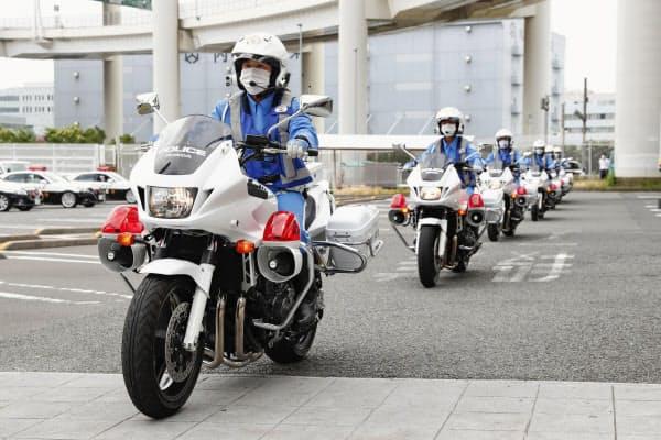 あおり運転の厳罰化が全国でスタートし、パトロールに向かう神奈川県警の交通機動隊員(30日午前、横浜市)=共同