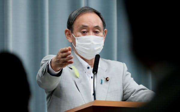 記者会見する菅官房長官(30日午前、首相官邸)