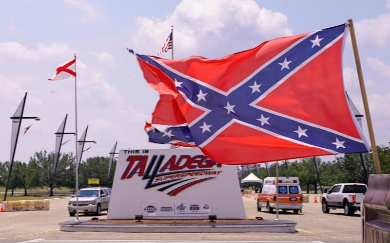 黒人差別の意思表示ととられることがあるにもかかわらず、南軍旗を掲揚する事例があとを絶たない=ロイター