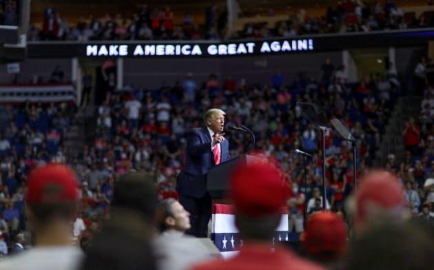 オクラホマ州タルサで開かれた選挙集会で演説するトランプ大統領=ロイター