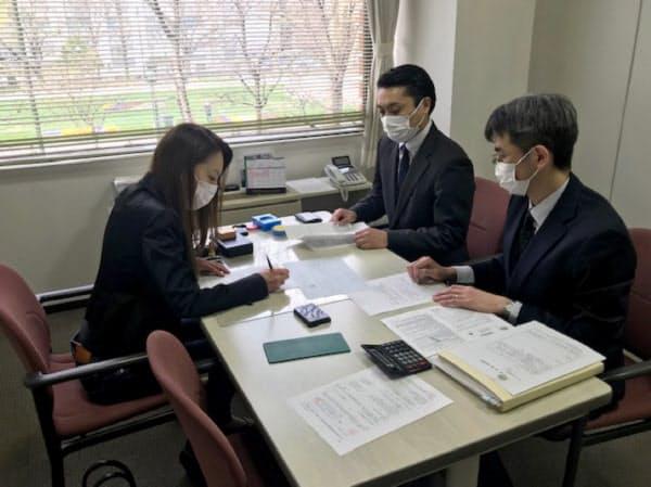 金融機関には無利子融資の申し込みが多く寄せられている(北洋銀行の札幌南支店)