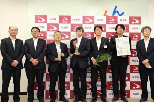 秋田杉のジンは産学官のプロジェクトチームで研究開発を重ねた(秋田県庁)