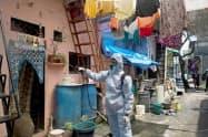 インドは新型コロナの感染がスラムなどで拡大している=ロイター