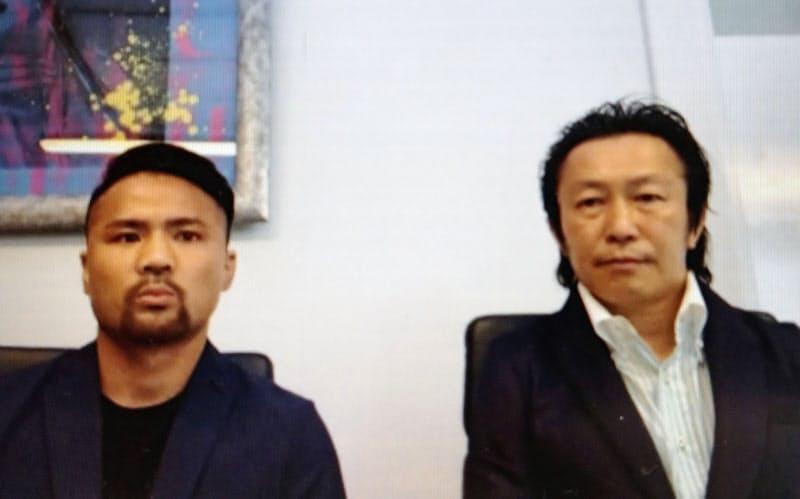 オンラインの記者会見で新ジム移籍を発表した元WBCフライ級王者の比嘉大吾。右は野木丈司トレーナー(30日)=共同