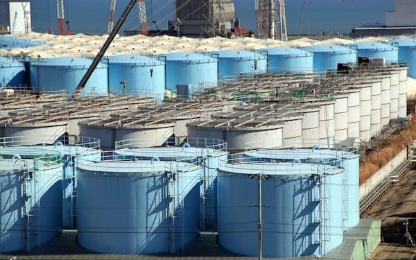 福島第1原発の敷地内に並ぶ処理水などが入ったタンク(2020年2月、福島県大熊町)