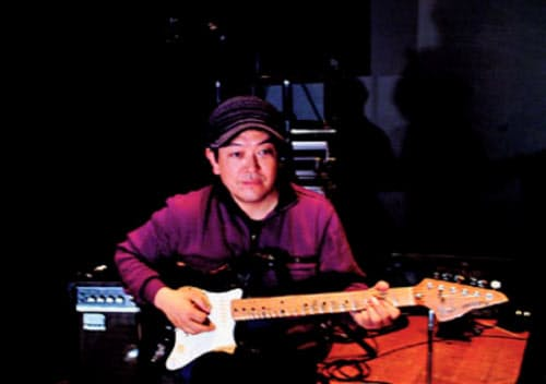 ライブハウスを営むかたわら、「ボアダムス」など様々なバンドでギタリストも務めてきた