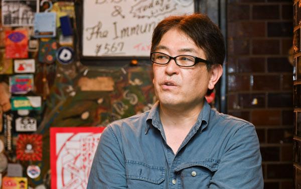 やまもと・せいいち 1958年兵庫県尼崎市生まれ。86年から2001年までバンド「ボアダムス」でギタリストとして活躍。87年からライブハウス「難波ベアーズ」店長も務める。エッセイスト、画家、写真家としても知られる。