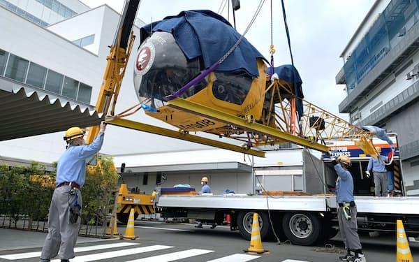 移設作業中のヘリコプター。機体正面には後のANAの社章のデザインの元になったマークがあしらわれている(30日、東京・大田)