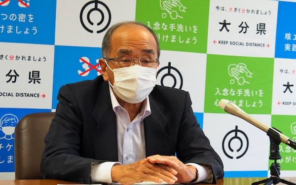 7月補正予算案を発表する大分県の広瀬勝貞知事(30日、大分県庁)