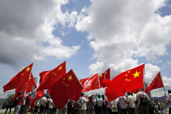 香港国家安全維持法の成立を祝う香港の親中派(30日、香港)=AP