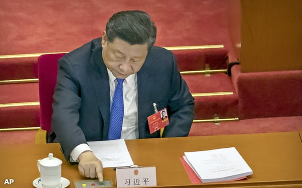 5月下旬の全人代で香港国家安全法に投票する習近平国家主席=AP