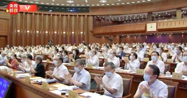 「香港国家安全維持法」が可決され、拍手する中国の全人代常務委員会会議の出席者ら(30日)=中国国営中央テレビの「微博(ウェイボ)」から、共同