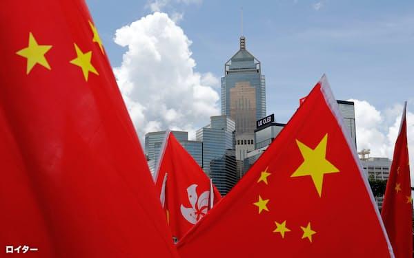 親中派が香港中心部で香港国家安全維持法の成立を祝った(30日、香港)=ロイター
