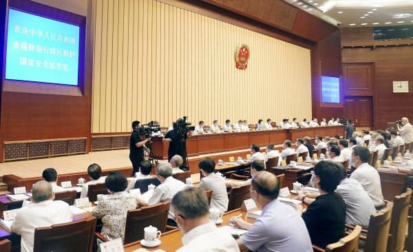「香港国家安全維持法」を可決した中国の全人代常務委員会会議(30日、北京の人民大会堂)=新華社・共同