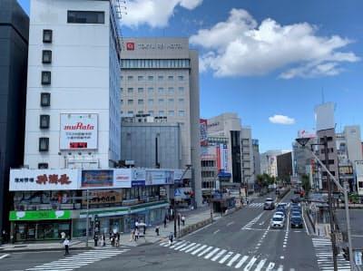 観光客増で新型コロナ前はにぎわった(長野市の長野駅前通り)