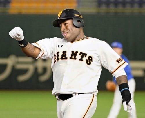 5回、移籍後初安打を放ち、一塁でガッツポーズする巨人・ウィーラー(30日、東京ドーム)=共同