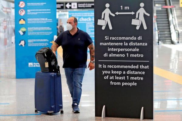 EUは域外から渡航を受け入れる国のリストを公開した(30日、ローマの空港)=ロイター