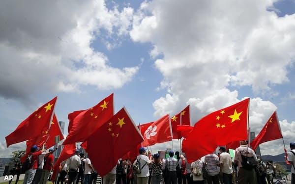 香港国家安全維持法の成立を祝う香港の親中派(6月30日、香港)=AP