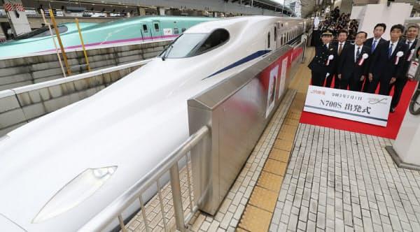 JR東京駅を出発する東海道新幹線の新型車両「N700S」(1日)