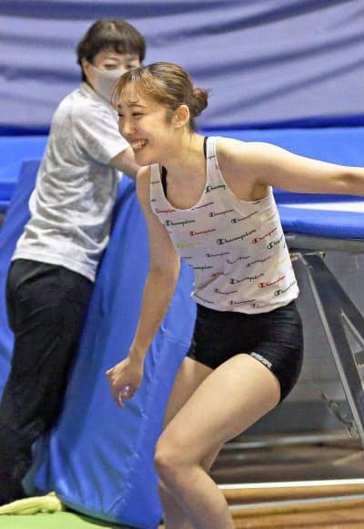 練習で笑顔を見せるトランポリン女子の森ひかる=30日、金沢市(代表撮影・共同)