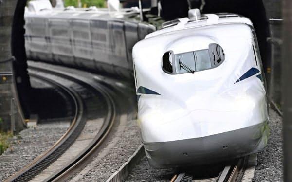 神奈川県大磯町内を走行する、東海道新幹線の新型車両「N700S」の一番列車「のぞみ1号」(1日午前)=共同